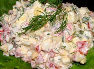 салат с крабовыми палочками и зеленью