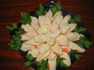 салат хризантема с крабовыми палочками