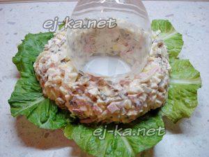 Выложить салат кольцом вокруг фужера