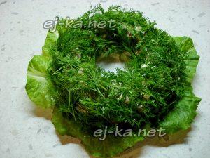 посыпать кольцо из салата укропом