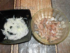 нарезать лук и селедку
