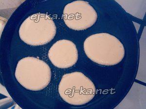выложить порционно тесто на сковроду
