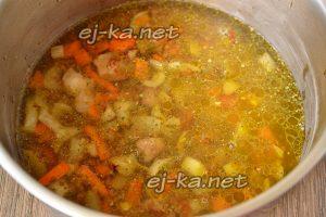 Влить в кастрюлю с гречкой и свининой воду