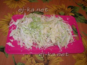 Шинкуем капусту для борща с курицей
