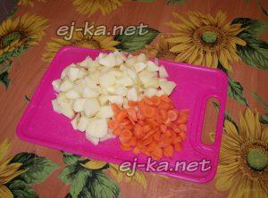 Подготавливаем картофель и морковь