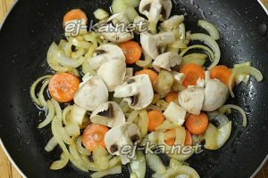 Смешайте лук, морковь, поперчите, добавьте шампиньоны