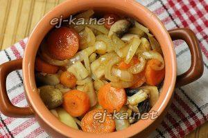 Разложите по горшочкам обжаренные овощи и грибы