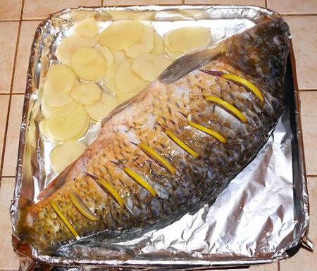 Запеченная рыба целиком с картошкой в духовке