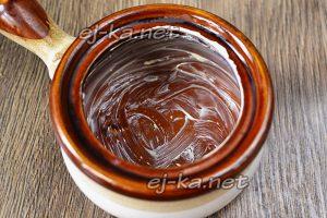 промазываем горшки сливочным маслом