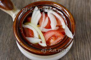 Выкладываем томаты и лук на картофель и посыпаем немного солью