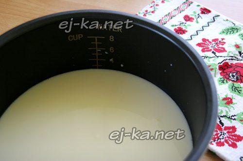 В чашу мультиварки наливаем теплое кипяченое молоко и выливаем смесь молока с закваской