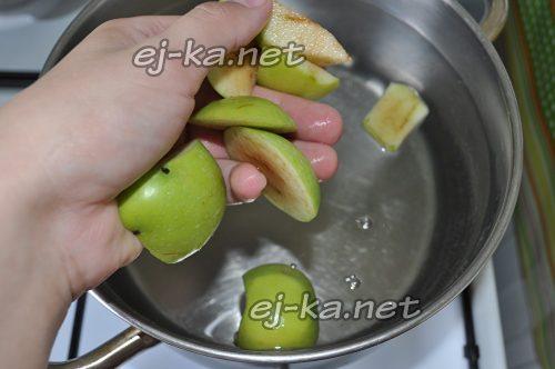 Добавить в воду яблоки