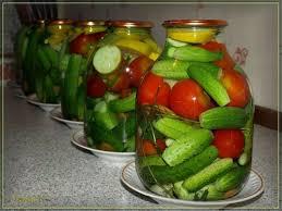 pomidory-s-ogurcami-na-zimu-palchiki-oblizhesh-recept