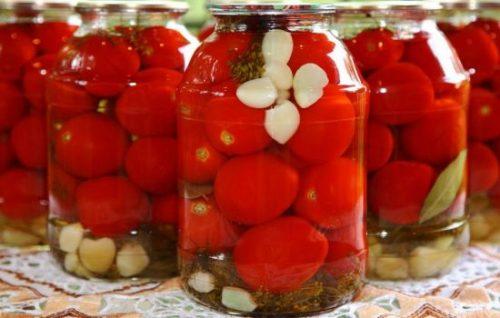 pomidory-s-chesnokom-vnutri-na-zim-recept-s-foto
