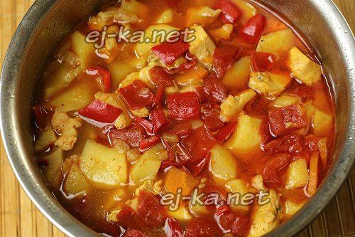 Тушить рагу из овощей с курицей до готовности