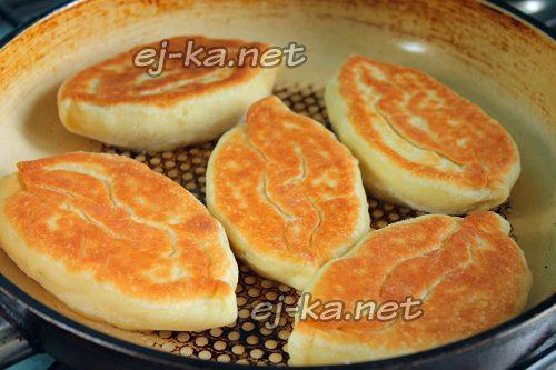 Жарим пирожки с капустой на сковороде