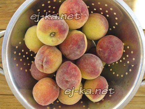 Подготовить персики для приготовления компота