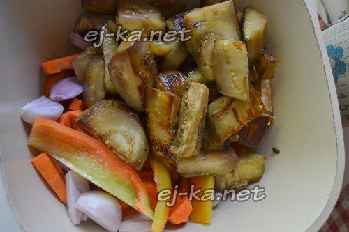 Все овощи сложите в сотейник