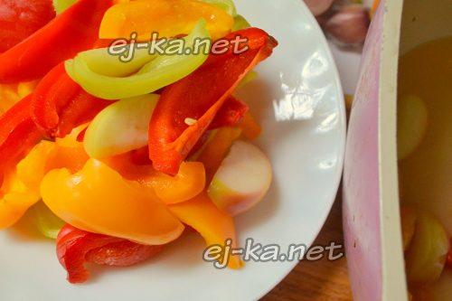 Переложить яблоки и перец в отдельную чашку