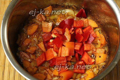Добавить к луку с морковью сладкий перец
