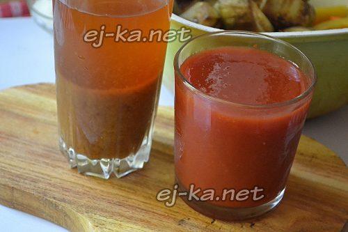 Томатный и яблочный сок для приготовления лечо из баклажанов на зиму