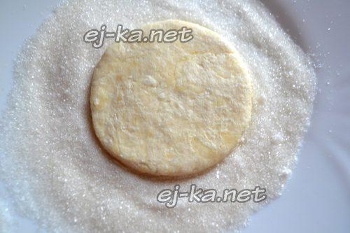 Кружок теста обмакнуть в сахар