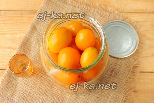 Влить к помидорам черри уксус