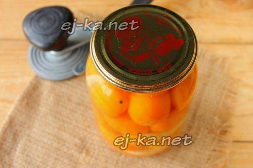 Залить помидоры черри маринадом и закрутить крышкой