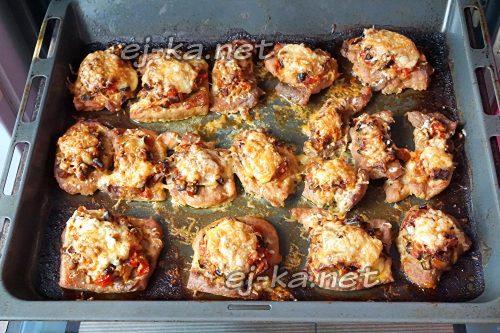 Отбивные из свинины с грибами и сыром в духовке
