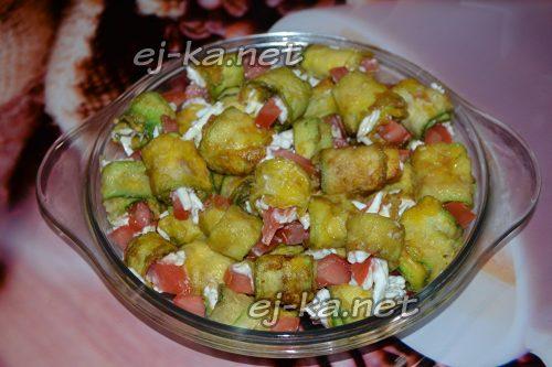 Рулетики из кабачков с сыром, помидорами и чесноком