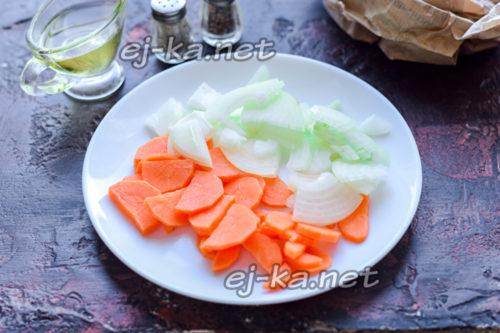 морковь нарезать брусочками, луковицу нарезать полукольцами