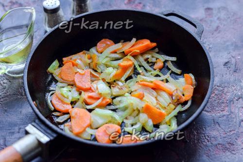 лук и морковь обжарить в сковороде