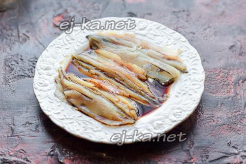 полить рыбу соевым соусом