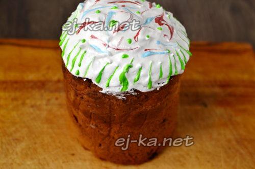 посыпаем пасхальный кекс готовыми украшениями