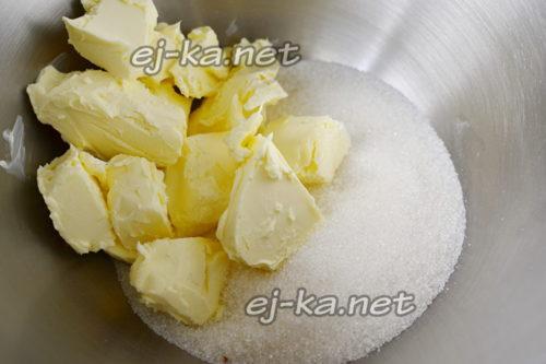 сливочное масло взбиваем с ванилью и сахаром