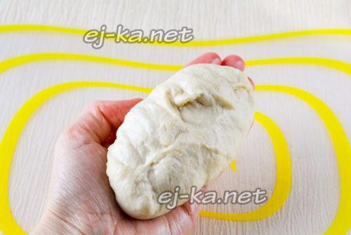 Защипываем пирожки и придаем им чуть удлиненную форму