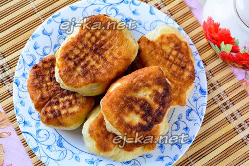 Готовые жареные пирожки с картошкой