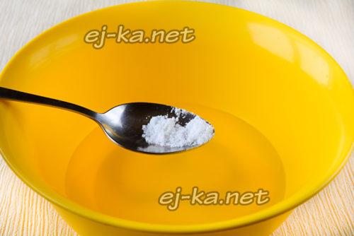 в теплую воду всыпаем сахар и соль, затем размешиваем