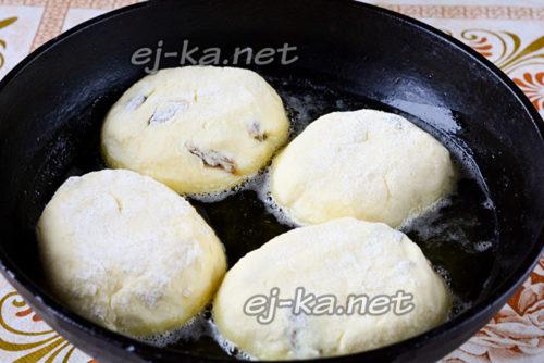 Разогреваем растительное масло в сковородке, а только потом кладем туда сырники