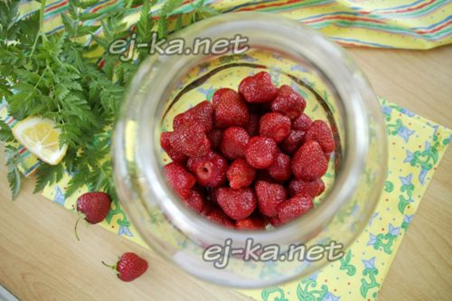 переложить ягоду в чистую банку