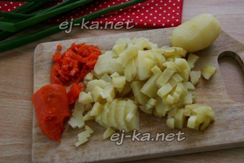 нарезать огурцы и морковь