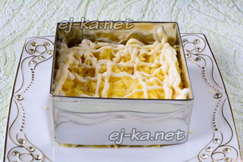 вареный картофель натереть на терке и выложить первым слоем, посолить и смазать майонезом