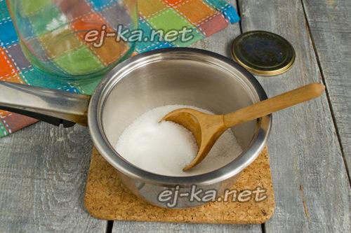 насыпать сахар в касттрюлю