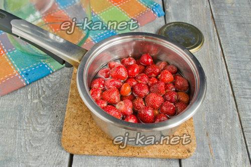 выложить ягоды в сироп
