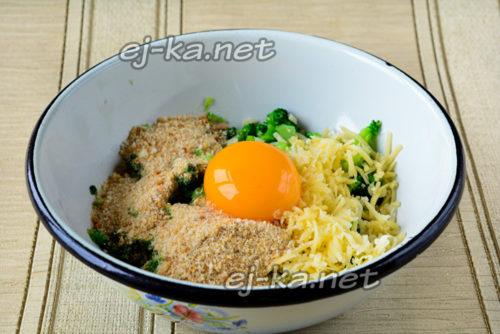добавить к капусте яйцо и специи
