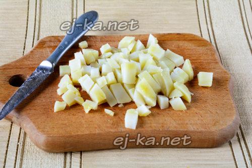 вареный картофель нарезать квадратиками