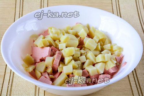 смешать колбаску и картофель в миске и подсолить