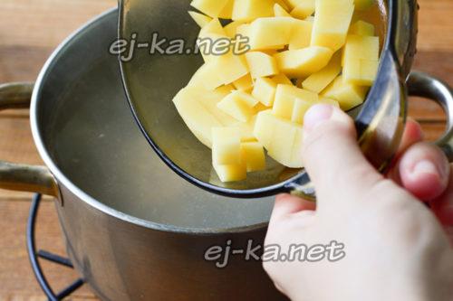 выложить картофель в бульон