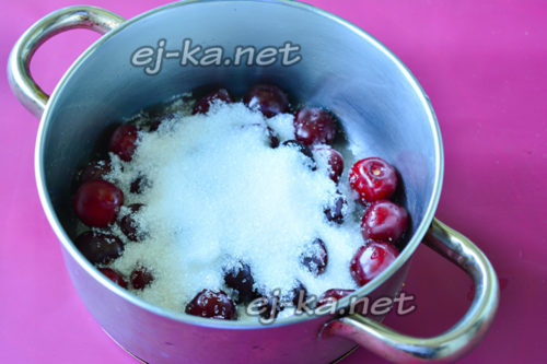 поместить ягоду в кастрюлю и всыпать сахар