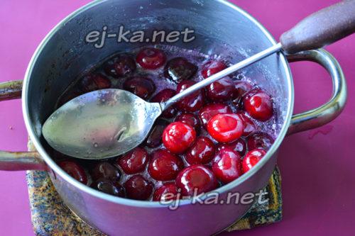 варить на медленном огне, чтобы ягода пустила сок